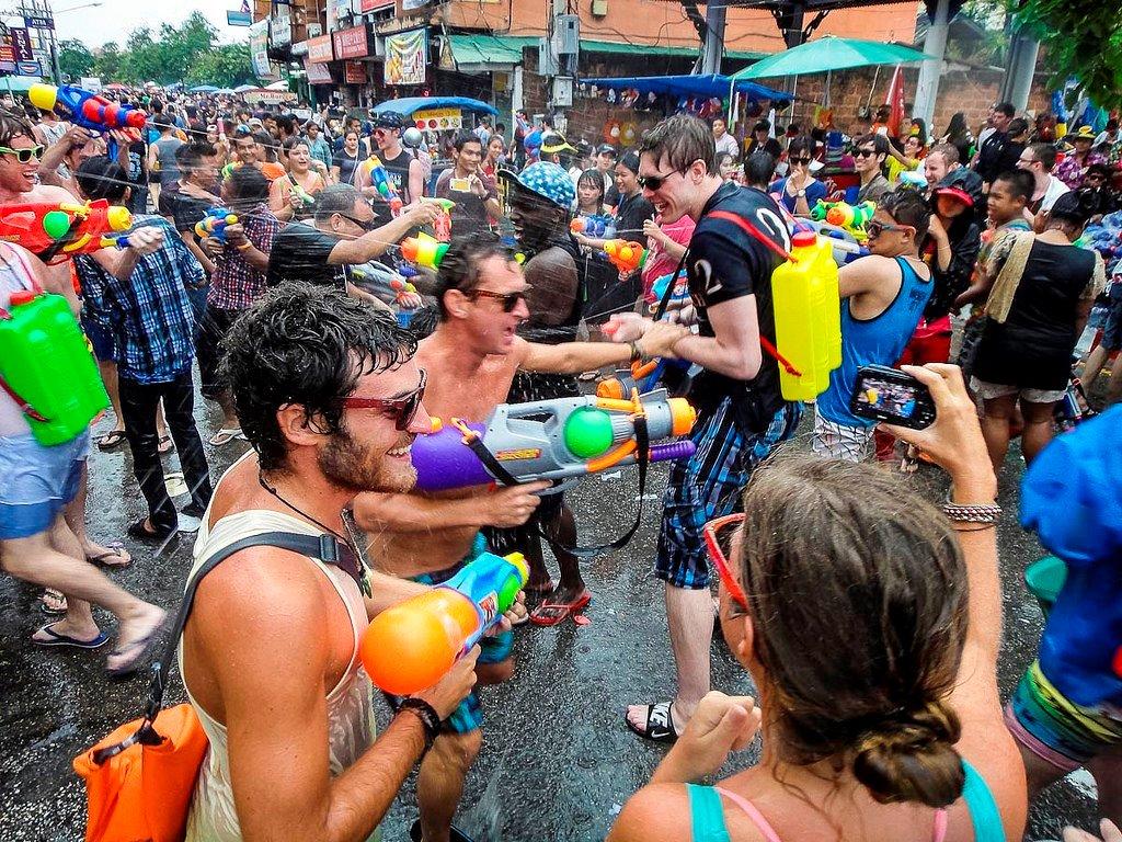 Bătaie cu apă în timpul Songkran (yaychiangmai.com)