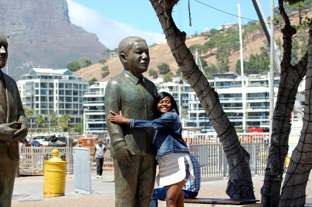 La statuia lui Mandela din Waterfront