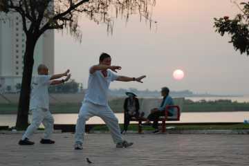 Bărbați care practică Tai Chi în Phnom Penh