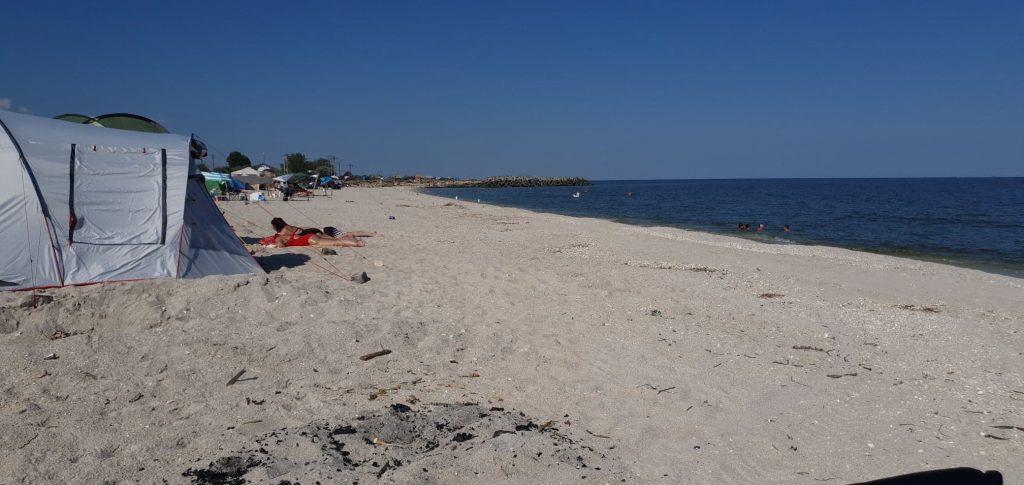 Corturi și oameni pe plajă la Gura Portiței