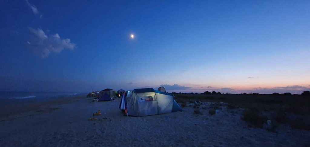 Corturi pe plajă, la apusul soarelui, la Gura Portiței