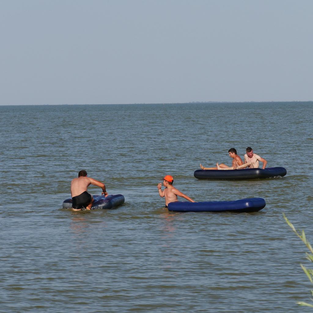 Copii cu saltele pe lacul Razelm, Sarichioi