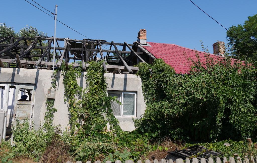 o casă cu acoperișul dărâmat