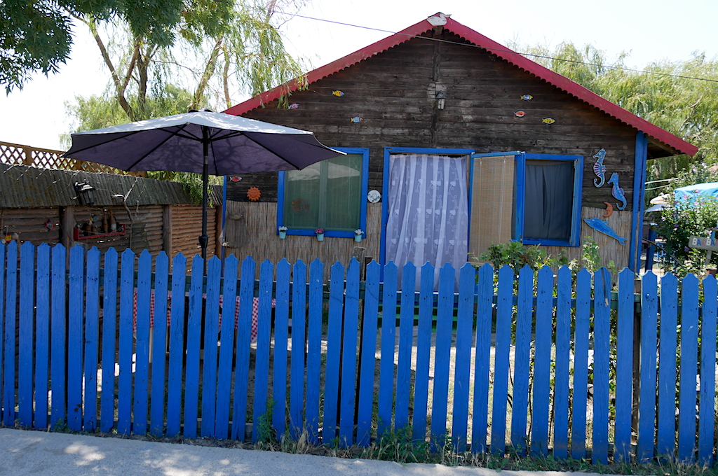 casă cu gard albastru în Sfântu Gheorghe