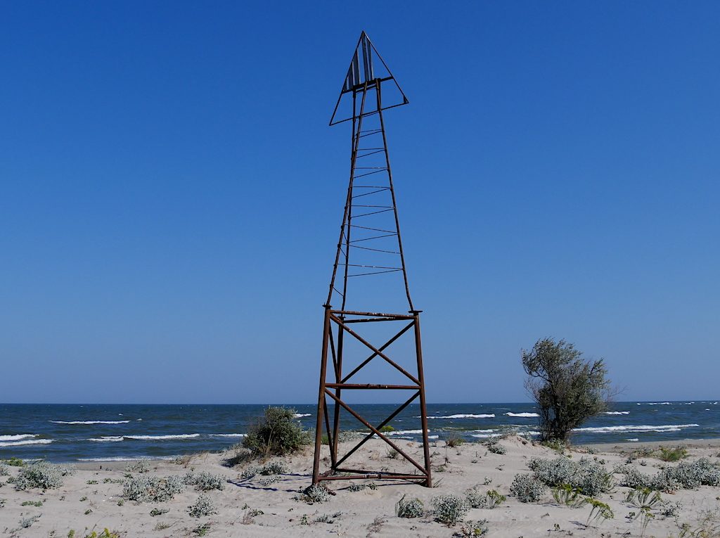 structură din metal pe plaja din Sfântu Gheorghe