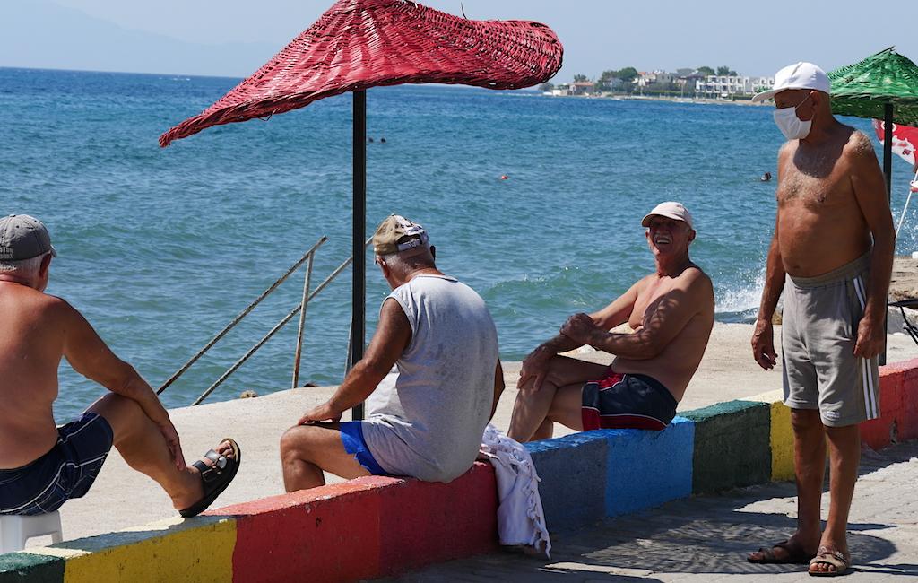 oameni care stau pe malul mării, Turcia, Dardanele