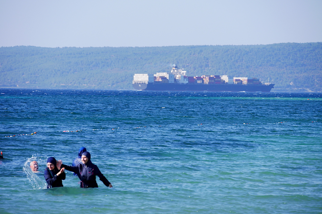 femei în haine musulmate se scandă în apă și un vaport în strâmtoarea Dardanele