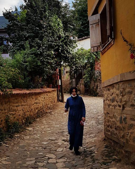 Femeie cu mască în Cumalıkızık/ Bursa