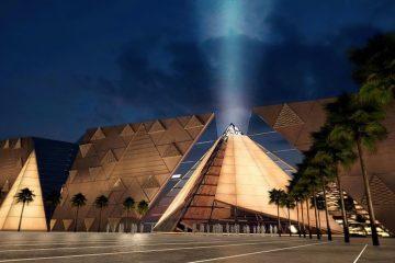 Clădire în formă de piramidă și palmieri