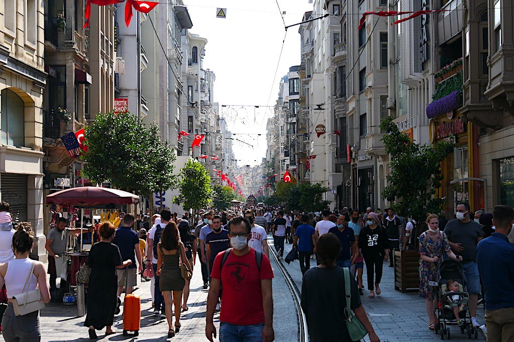 mulțime de oameni, linie de tramvai, Istiklal, Istanbul