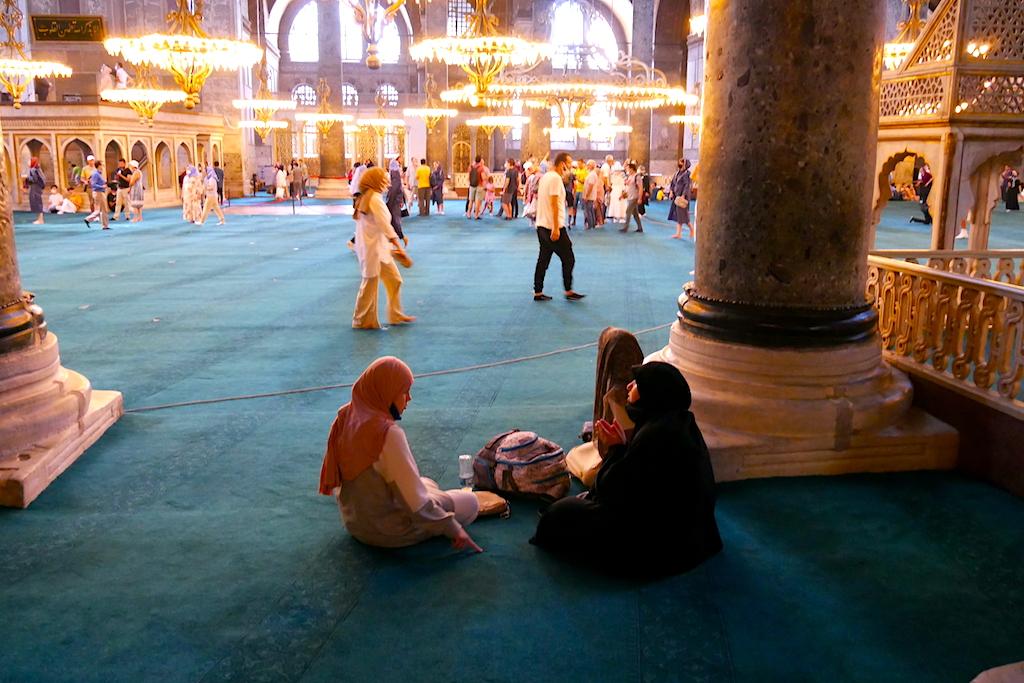 femei pe jos, moschee, Sofia, Istanbul