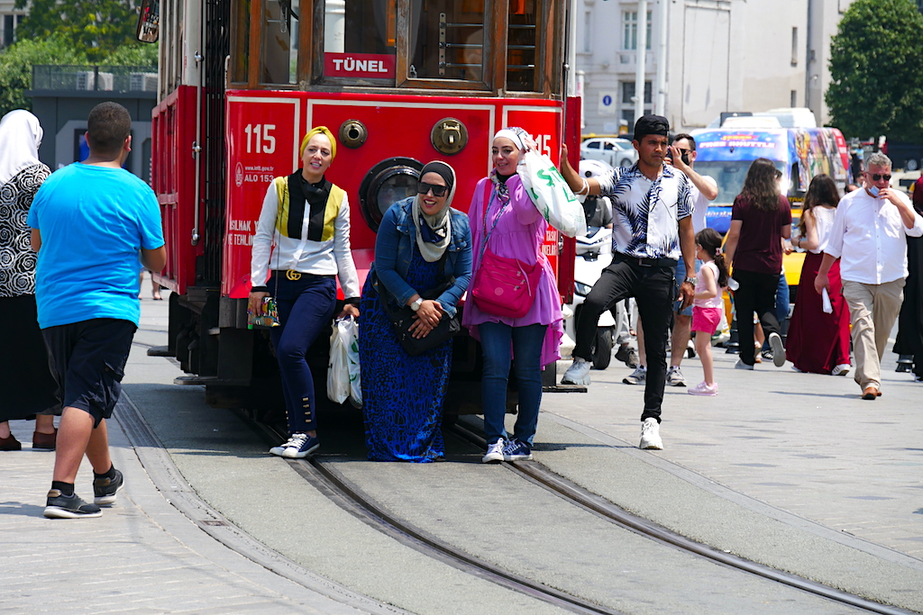 tramvai, femei, trecători, Istiklal, Istanbul