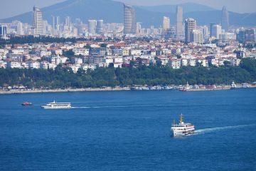 clădiri înalte, mare vapoare în Istanbul