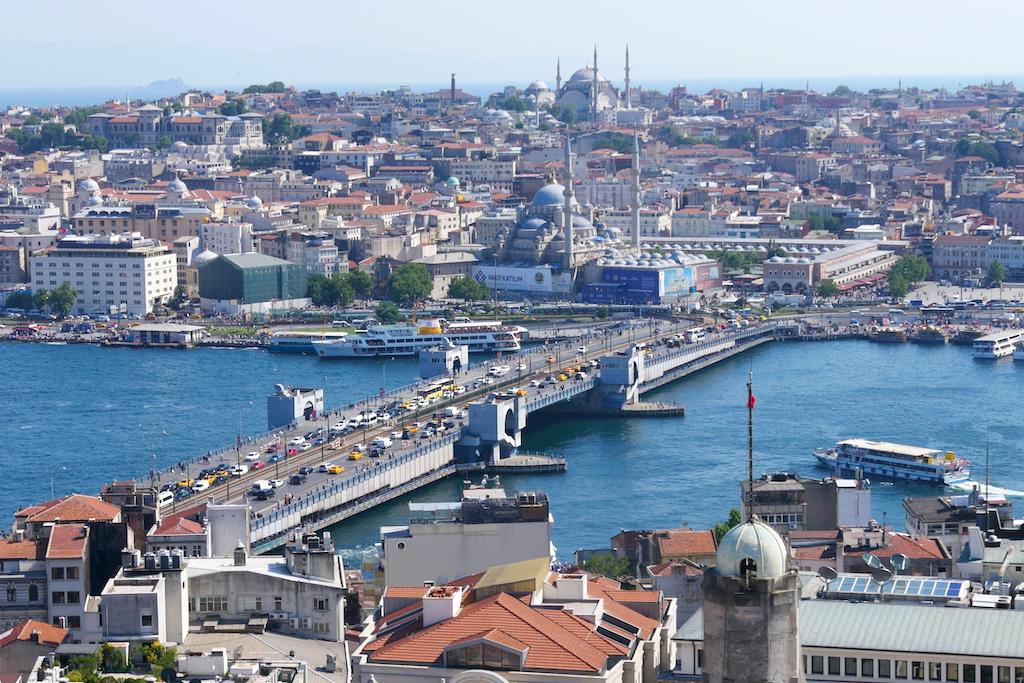 Un pod peste Bosfor, clădiri, moschee, vapoare