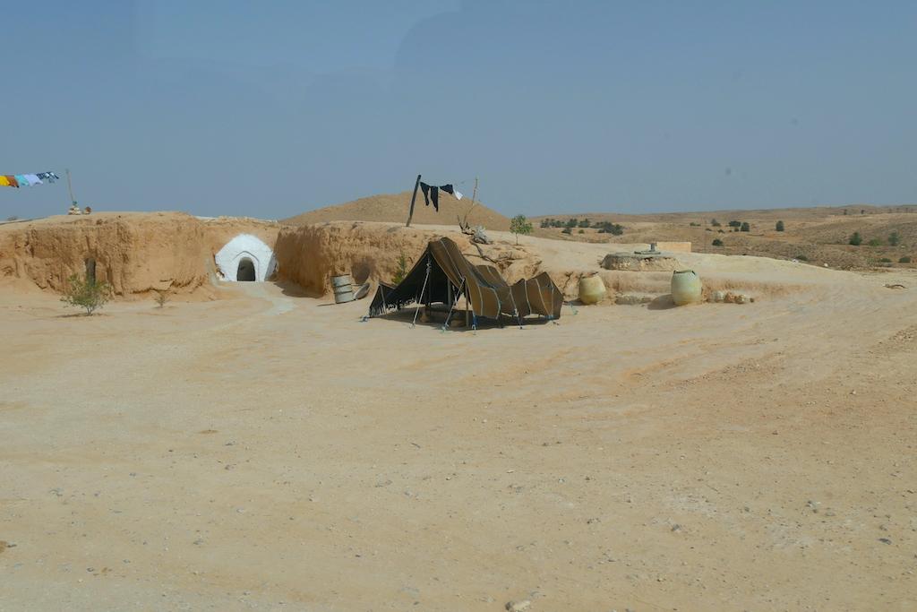 casă săpată în piatră, deșert, troglodiți, Tunisia