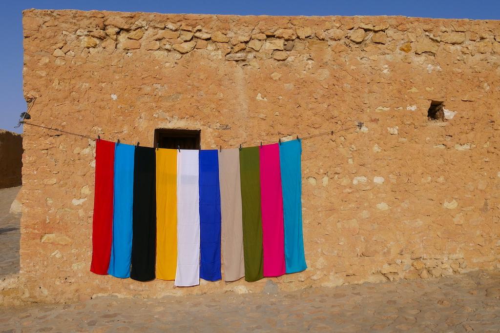 eșarfe berbere pe o sârmă în fața unei case