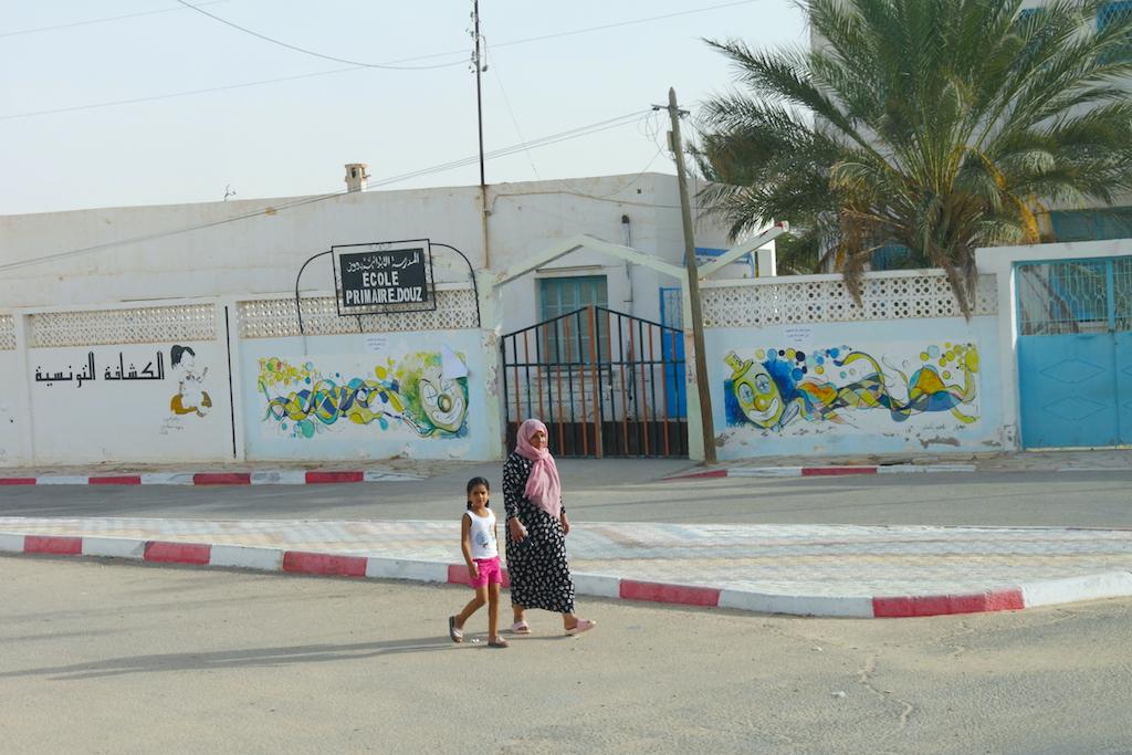 o femeie și o fetiță, școală, stradă